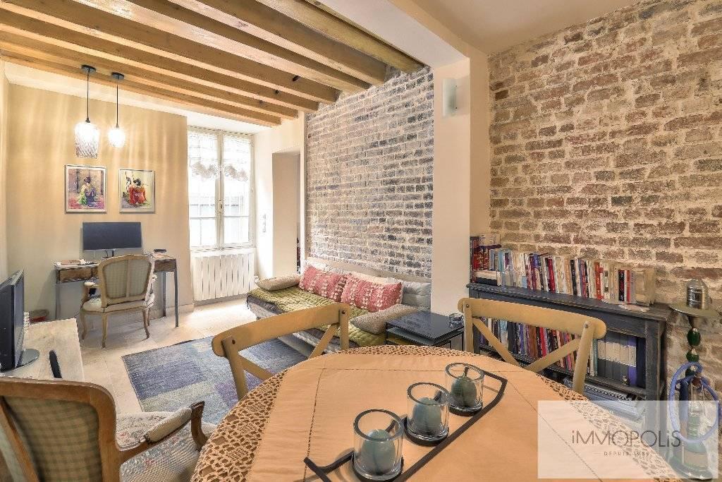 Montmartre, rue Gabrielle, magnifique 2 pièces entièrement rénové avec pierres, briques et poutres apparentes : comme une maison !